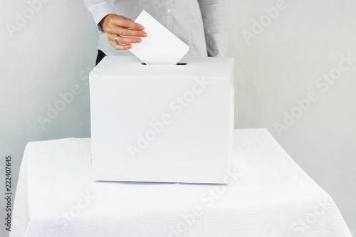 Valokuva  Wybory. Kobieta głosująca w wyborach