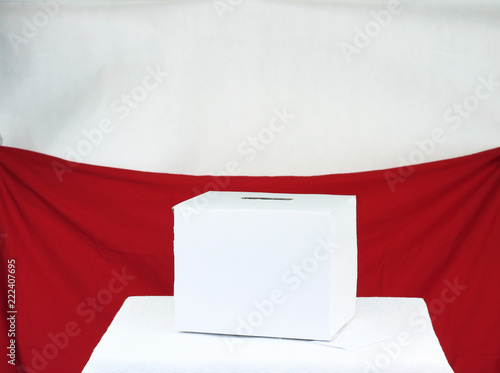 Fotografia, Obraz  Urna wyborcza na tle flagi