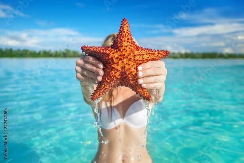 Obraz na plátně  hand holding red starfish