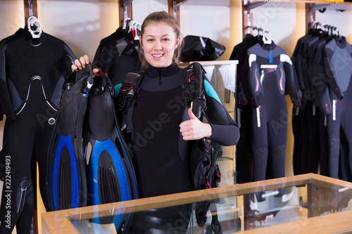 Fotografía  Female is standing in full set of  diving equipment