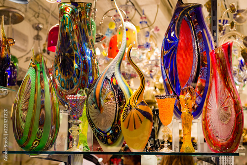 Photo Bright, colorful Murano glass vases and glassware on display in Venice shop window