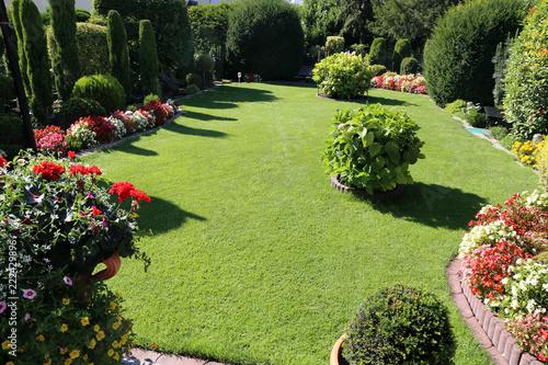 Aluminium Prints Garden Gepflegte Gartenanlage mit Rasen und Blumen