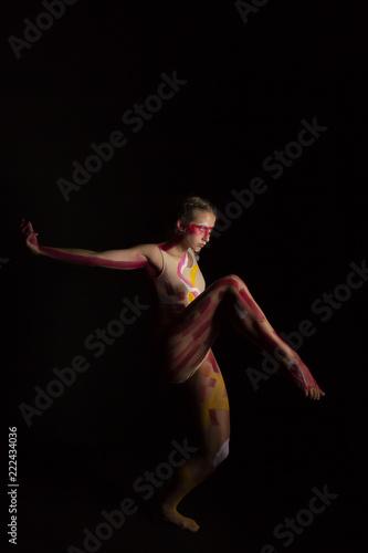 Photo Mujer joven haciendo danza contemporánea