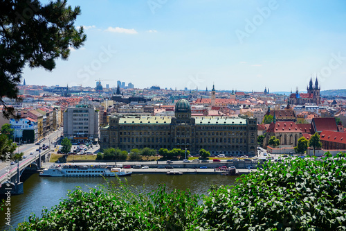 Foto  View of Prague with river Vltava and amazing buildings with red roofs