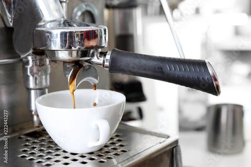 Kawa espresso. Parzenie kawy w ekspresie ciśnieniowym.