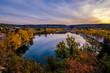 Vue panoramique sur le village de Quinson et le lac en automne. Lever de soleil. Alpes de Haute Provence, France.