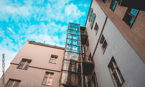 Foto  glass elevator at apartment house with fluffy background sky
