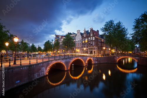 Photo  Beautiful cityscape of the famous canals of Amsterdam, the Netherlands, at night