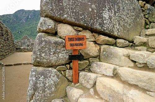 Foto op Canvas Zuid-Amerika land Wooden signpost to the THREE DOORWAYS in the archaeological site of Machu Picchu, Cusco Region, Peru