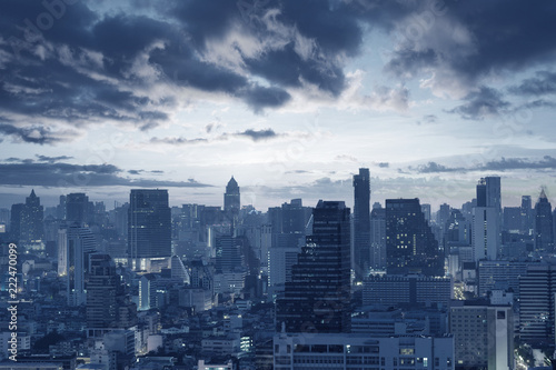 ciemnoniebieski-tle-panorame-miasta