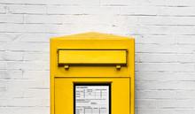 Gelber Briefkasten Einwurfschl...