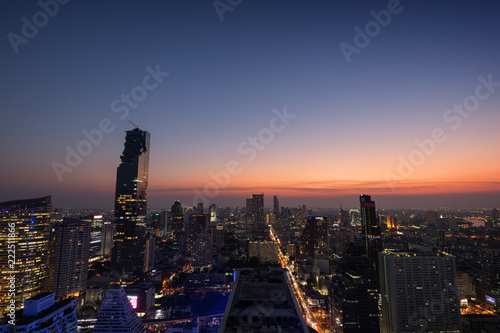 Foto  Scenic view of MahaNakhon and many other lit skyscrapers in downtown Bangkok, Thailand, from above in the evening
