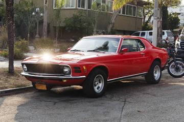 Widok rocznika klasyczny Amerykański czerwony samochód w ulicie w losie angeles