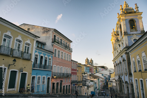 Stampa su Tela  Scenic dusk view of a plaza surrounded by colonial buildings in the historic dis