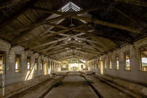 Foto auf AluDibond Weinlese-Plakat abandoned dairy barn