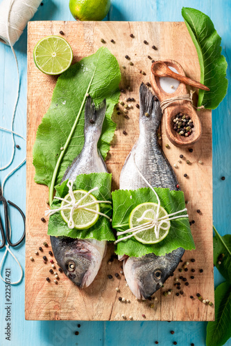 Seasoning sea bream with lime and horseradish leaves