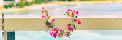 Hawajski naszyjnik z kwiatów lei panoramiczny baner dla tradycji kultury polinezyjskiej lub hawajskiej. Panorama w tle.