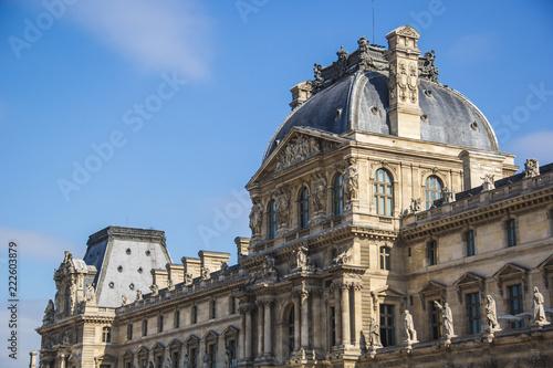 Fotografía  Main building of Louvre Museum (Musée du Louvre) in a clear day