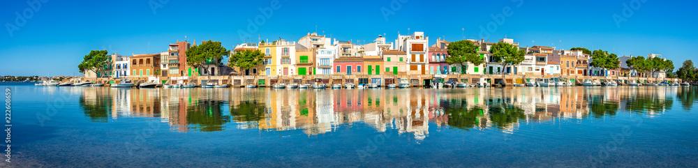 Fototapety, obrazy: Spanien Häuser Bunt Mediterran Meer Reflektion Boote Architektur Dorf Mallorca Urlaub Küste
