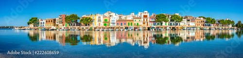 Poster de jardin Europe Méditérranéenne Spanien Häuser Bunt Mediterran Meer Reflektion Boote Architektur Dorf Mallorca Urlaub Küste