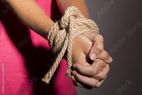Canvas Print Mujer con las manos atadas con una cuerda.