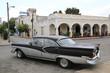Wunderschöner schwarz-weißer Oldtimer auf Kuba