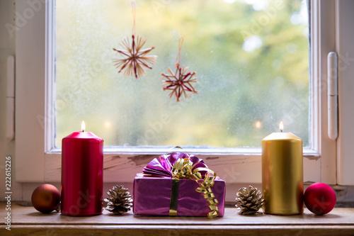 Fensterbank Vereist Mit Dekoration Zu Weihnachten Deko Und Winter