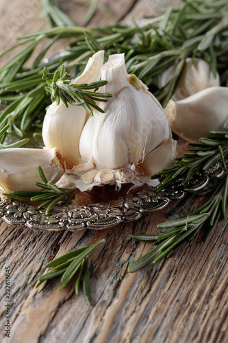 Foto op Aluminium Aromatische Rosemary and garlic on a wooden table.