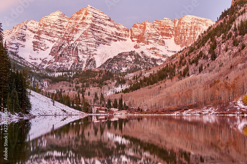 Tuinposter Verenigde Staten Maroon Bells and Maroon Lake at sunrise