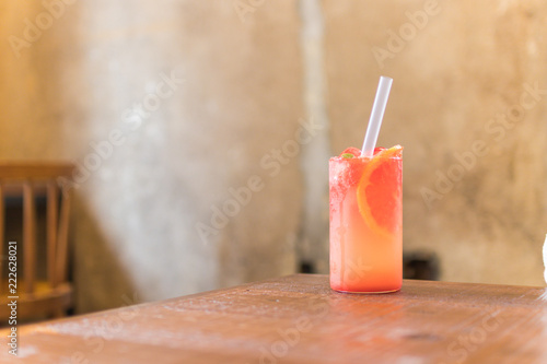 Photo grapefruit juice on wooden table