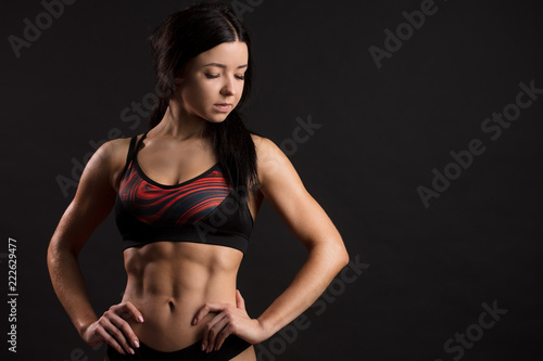Photo Beautiful super fit caucasian young sportswoman showing off her perfect muscular ripped abs