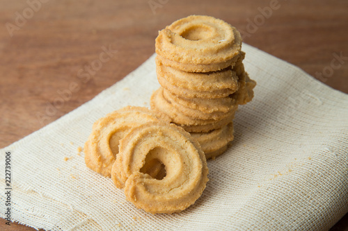 In de dag Koekjes Butter cookies on white linen on wooden table.