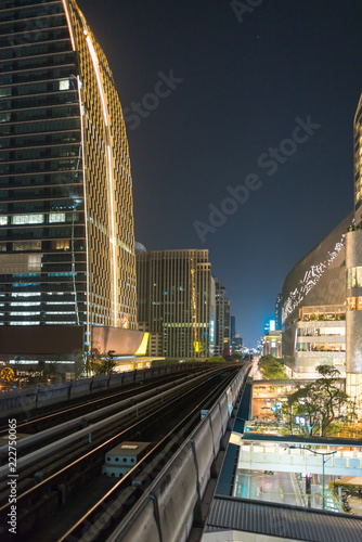 Poster Stad gebouw Skyscraper and Skytrain at the Sukhumvit road in the Pathum Wan district of Bangkok