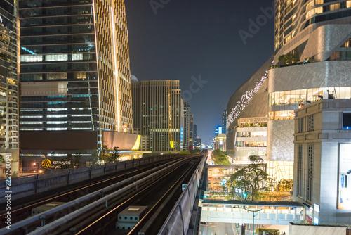 Keuken foto achterwand Stad gebouw Skyscraper and Skytrain at the Sukhumvit road in the Pathum Wan district of Bangkok
