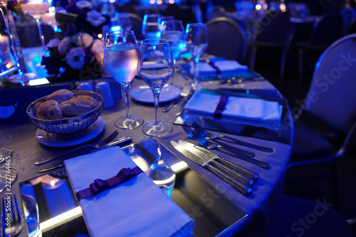 Photo Wedding hall or other function facility set for fine dining