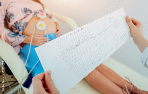 Canvas-taulu Pregnant woman with electrocardiograph check up for her baby