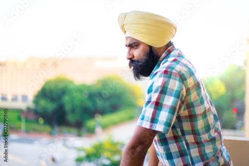 Fotografia Indian with turban in the balcony