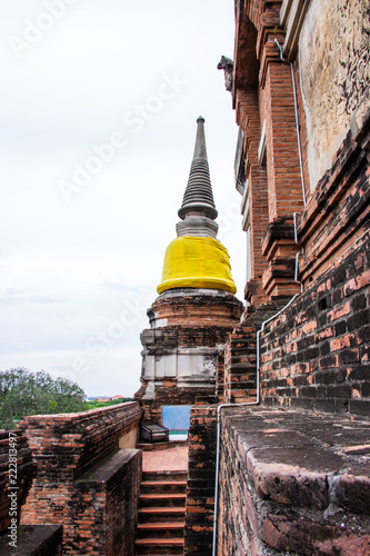Foto  Pagoda and Buddha Status at Wat Yai Chaimongkol famous and popular tourist destinations Ayutthaya, Thailand