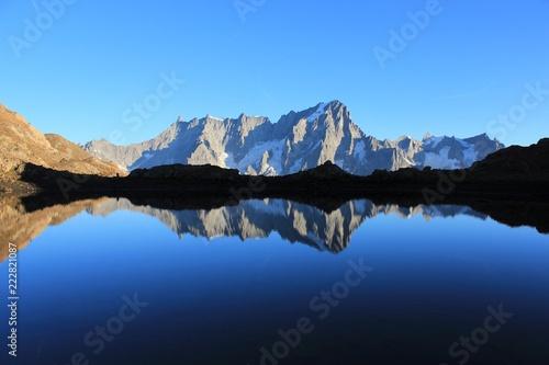 Foto auf Gartenposter Reflexion Grandes Jorasses se reflétant dans un lac