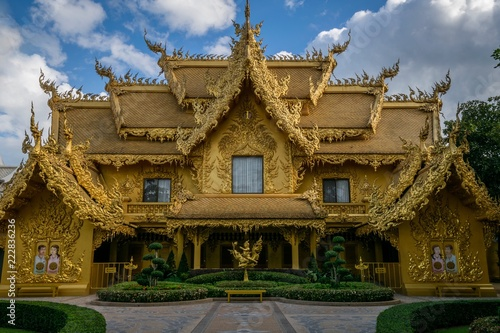 Spoed Foto op Canvas Bedehuis temple, gold, white temple, Chiang Rai, architecture, asia, thailand, ancient, religion, travel, wat, culture, art, thai, old, sky, building, buddhist, roof, landmark, gold, tourism, palace, tradition