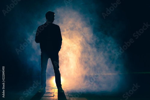Fotografía  The man standing in the fog. evening night time