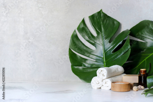 Photo sur Toile Spa Spa and massage treatments on white, marble background monstera leaves.