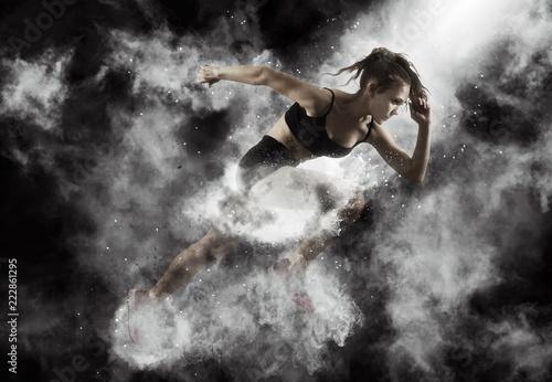 Fotografía  Woman sprinter leaving starting