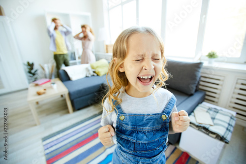 Foto Youthful daughter crying and screaming loudly while being naughty with her shock