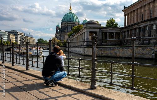 Die Spree an der Museumsinsel in Berlin mit Blick auf den Deutschen Dom im Bildhintergrund