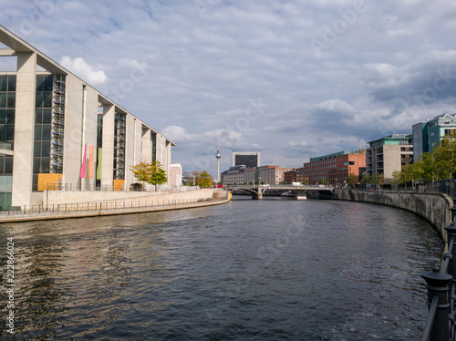 Photo  Modern buildings on the River Spree in the government district of Berlin, near t