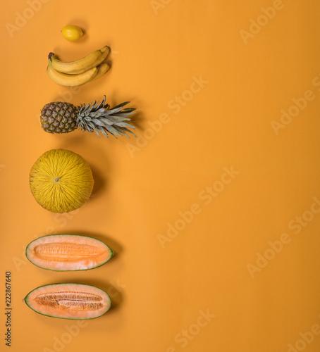 egzotyczne-owoce-egzotyczne-na-zoltym-tle-koncepcja-kreatywnych-lato