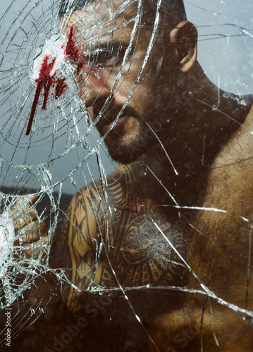 Photo  Strong angry man near the broken glass after the accident