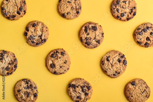 Foto auf Gartenposter Kekse Top view of chocolate chip cookies