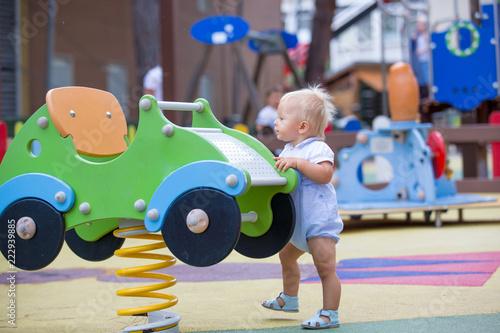 Zdjęcie XXL Urocza chłopca, grając z różnymi przejażdżkami na playgdorund
